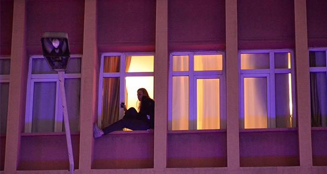 Otelin penceresine çıkarak intihara kalkıştı, vatandaş kayda aldı