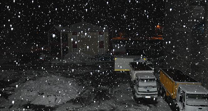 Nisan ayında Yüksekova'da kar sürprizi