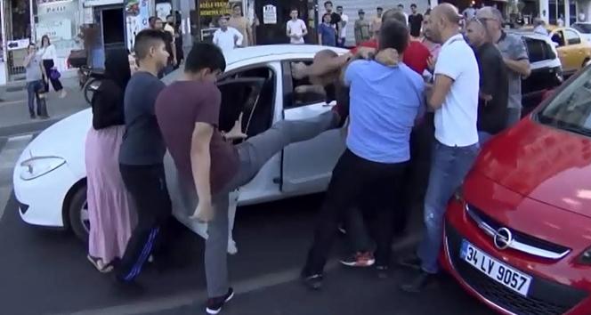 İstanbul'un göbeğinde aile boyu tekme, tokat ve sopalı kavga kamerada