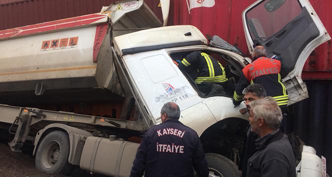Konteynere çarpan kamyonda sıkışan sürücü yaralandı