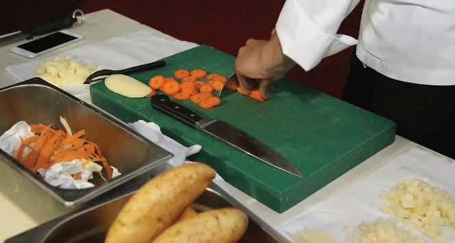 Gastronomi öğrencilerine  bıçak bileme ve kesme eğitimi