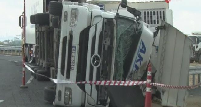 Çatalca'da et yüklü tır devrildi: 1 kişi ağır yaralı