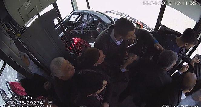 Minibüs şoförü ile yolcu arasındaki kavga kamerada