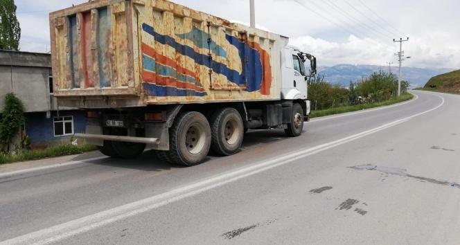 Yolun karşısına geçmek isteyen çocuğa kamyon çarptı