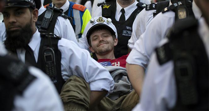 Londra'da sular durulmuyor! Gözaltı sayısı 750'yi geçti