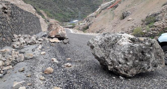 Siirt'te dağdan kopan dev kaya parçaları yolu ulaşıma kapattı