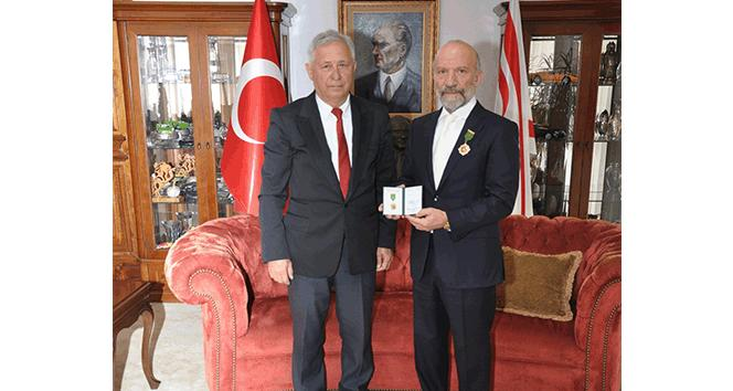 Dr. Suat Günsel'e, 'Vatan Evladı' ödülü altın madalya takıldı