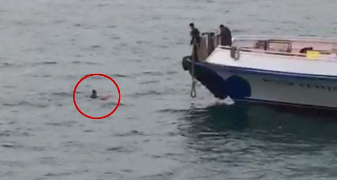 Karaköy'de denize düşen bir şahısın kurtarılma anları kamerada