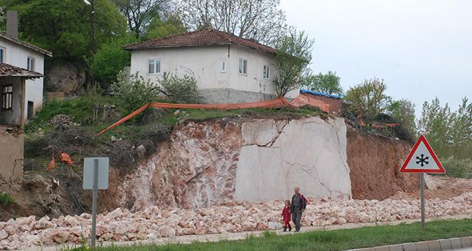 Kaya parçası üzerindeki evi görenler şaşırıyor