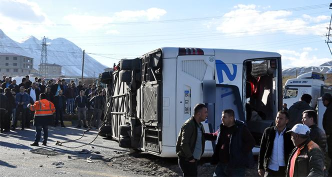 Bitlis'te yolcu otobüsü ile tır çarpıştı: 34 yaralı