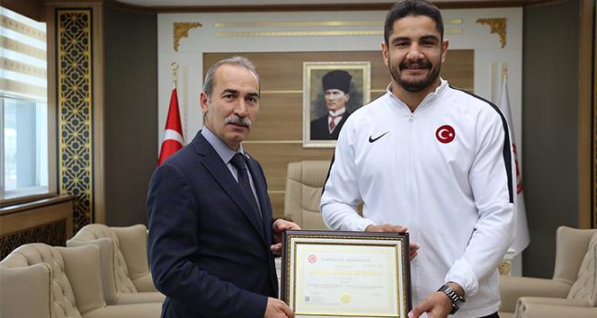 Şampiyon Taha Akgül yüksek lisans diplomasını aldı