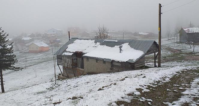 Akyazı'nın yüksek kesimlerine Mayıs ayında kar yağdı
