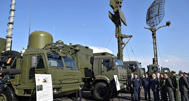 Füzeleri inceleyen Putin'e savaş uçakları eşlik etti