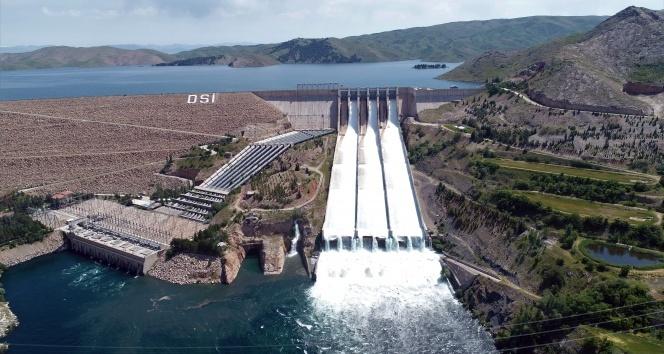 Keban Barajı'nda 15 yıl sonra ilk, savaklar açıldı