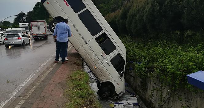 Su kanalına düşen minibüsten burnu bile kanamadan çıktı