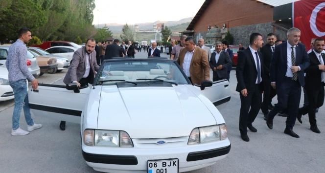 Devlet Bahçeli'nin hediye ettiği klasik otomobil Kayseri sokaklarında
