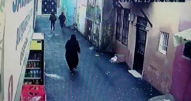İzmir'deki kapkaç anı güvenlik kamerasına yansıdı
