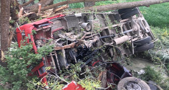 Şarampole devrilen kamyonun altında kalan şahıs hayatını kaybetti