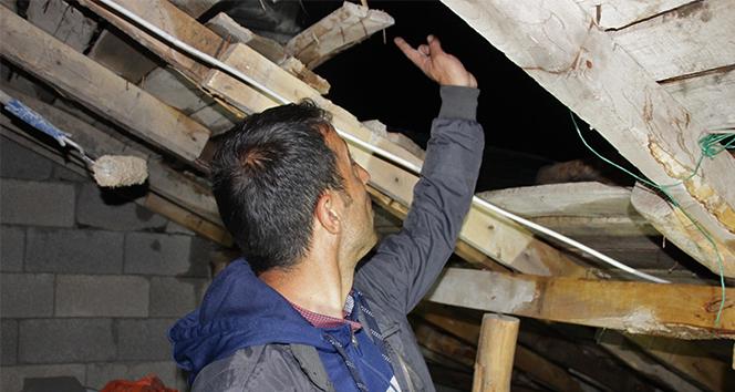 Hakkari'de etkili olan fırtına bir evin çatısını uçurdu