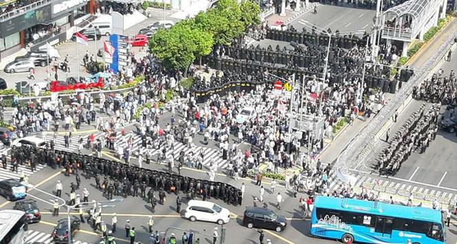 Endonezya'da yüzlerce kişi protesto için sokakta