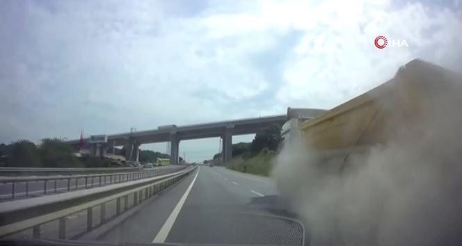 Hafriyat kamyonunun lastiğinin seyir halindeyken bomba gibi patlaması kamerada
