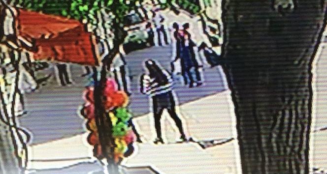 Kucağında çocuğuyla karşıya geçen kadına çöp kamyonu çarptı