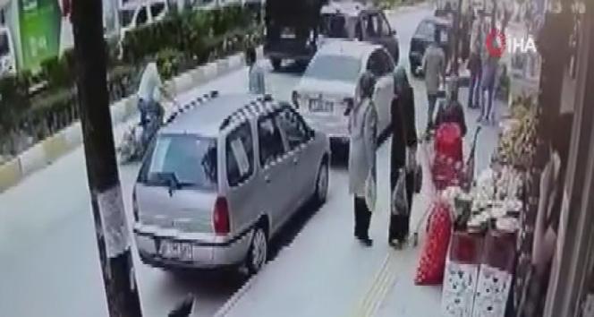 Panikleyen motosiklet sürücüsü kendini yere attı