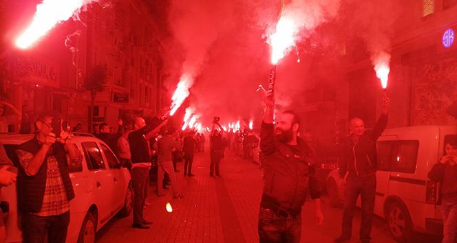 Binali Yıldırım'a Zeytinburnu'nda meşaleli karşılama