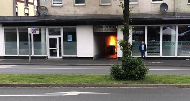 Almanya'da güpegündüz camiye molotof attılar
