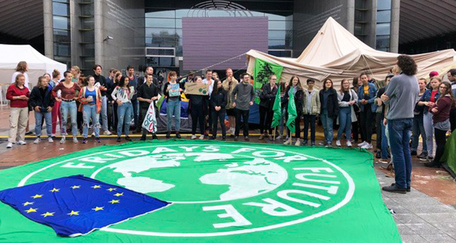 Gençlerden Avrupa Parlamentosu önünde iklim protestosu