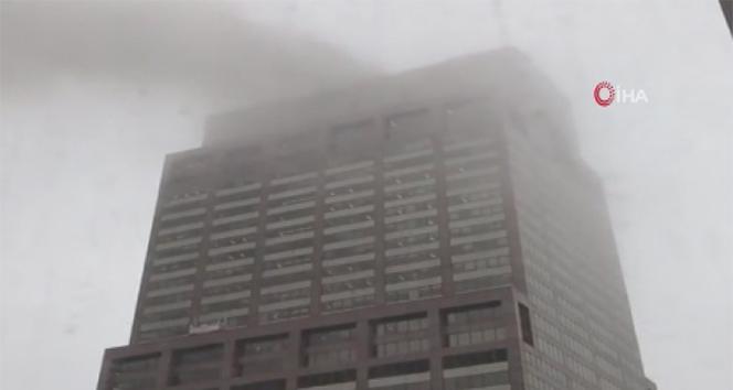 New York'ta helikopter gökdelenin çatısına düştü
