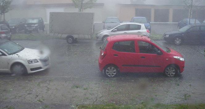 Almanya'da etkili olan fırtına hayatı felç etti