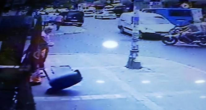 Avcılar'da motosikletteki kasksız gençlerin ölümden döndüğü anlar kamerada