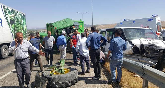 Siirt'te traktör ile minibüs çarpıştı: 6 yaralı
