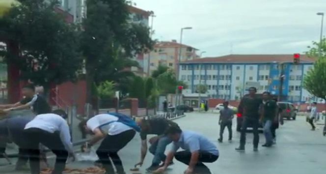 Başında taşıdığı simitleri düşüren simitçinin yardımına vatandaşlar koştu