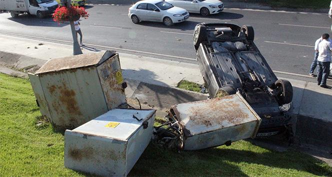 Zincirleme kazada takla atan otomobil elektrik panosunu devirdi