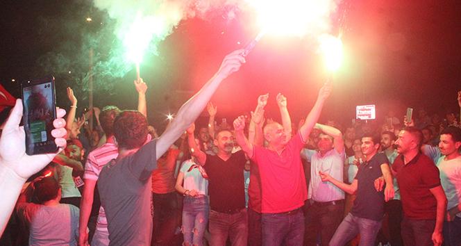 Servisçilerden İBB önünde 'tahdit kararı' kutlaması