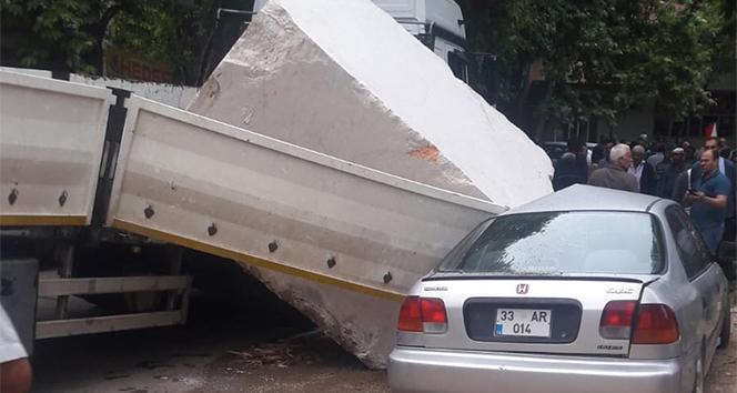Dev mermer blok otomobilin üzerine düştü
