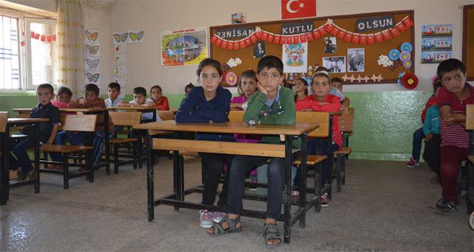 Şehit öğretmen Necmettin Yılmaz'ın öğrencileri ilkokuldan mezun oldu