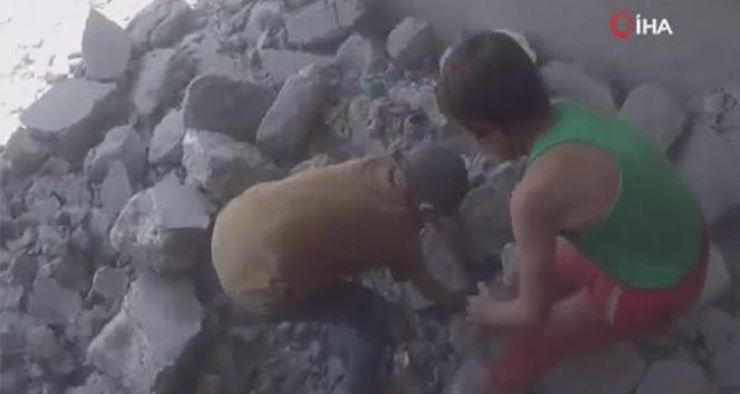 İdlib'de molozlar altında kalan kardeşleri için yardım isteyen 2 çocuğun görüntüsü yürek dağladı