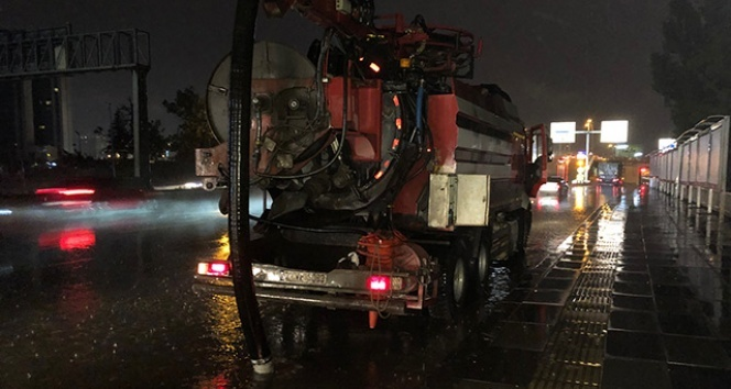 Başkent'te sağanak yağmur hayatı olumsuz etkiledi