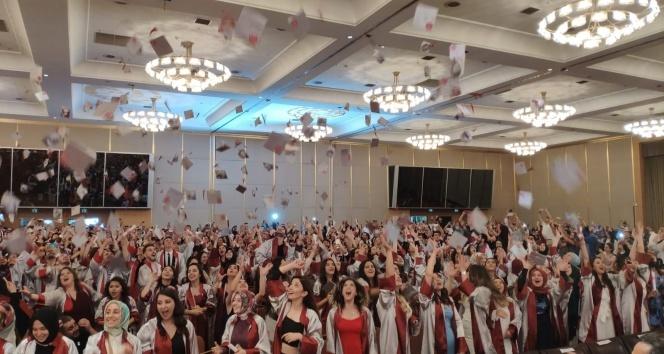 İstanbul Yeni Yüzyıl Üniversitesi'nde mezuniyet sevinci