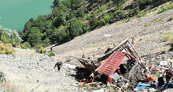 Yaylaya giden kamyon şarampole yuvarlandı: 1 ölü, 8 yaralı