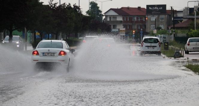 Sağanak yağış sonrasında yollar göle döndü