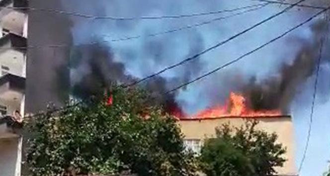 Gaziosmanpaşa'da 2 katlı binanın çatı katı alev alev yandı