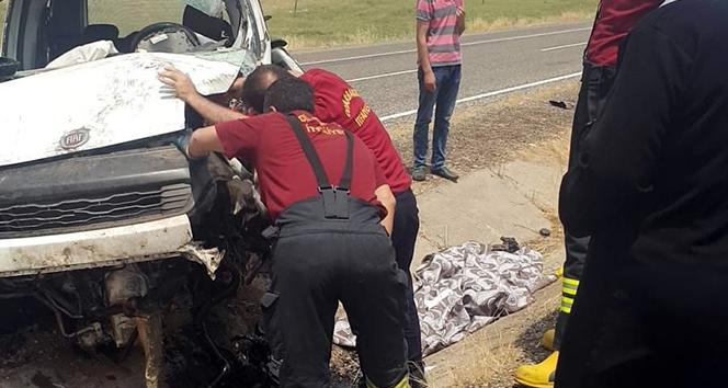 Diyarbakır'da hafif ticari araç refüje çarptı: 1 ölü, 3 yaralı