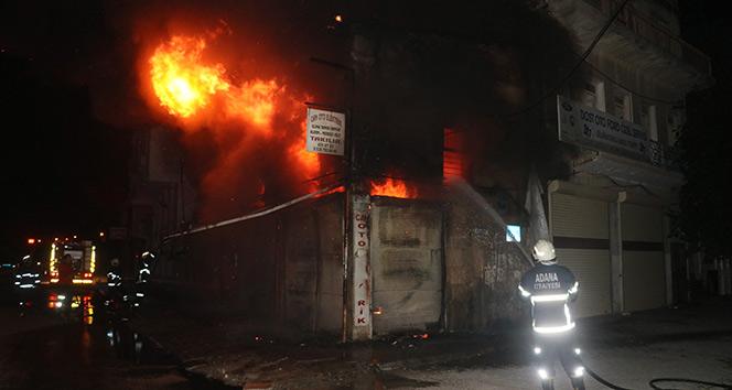 Oto elektrik dükkanı alev alev yandı: 3 araç küle döndü