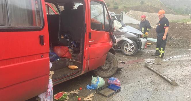 Yolcu minibüsü ile jeep çarpıştı:1'i ağır 13 yaralı