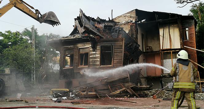 Samatya'da kül olan tarihi bina, ekiplerce kontrolü bir şekilde yıkıldı