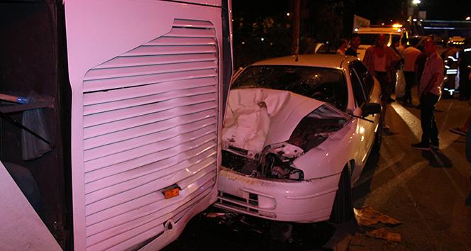 İzmir'de kontrolden çıkan otomobil otobüse çarptı: 4 yaralı